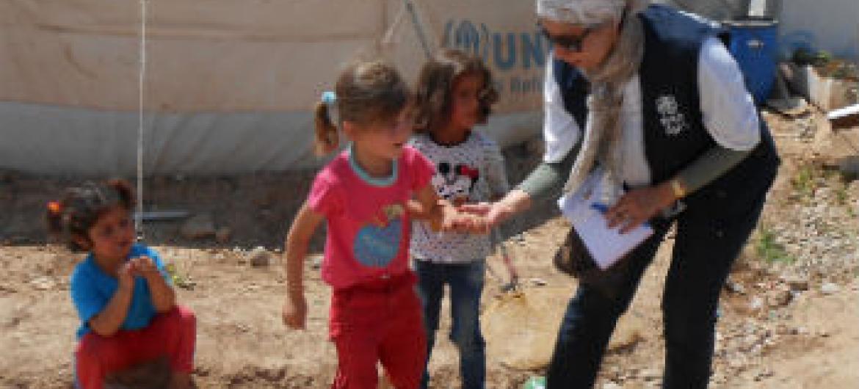 Funcionária da OMS com crianças iraquianas. Foto: OMS Iraque