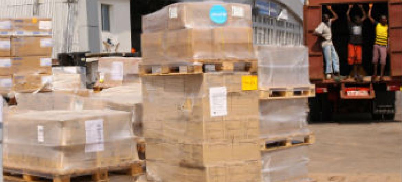 Caminhões são carregados com equipamentos médicos em Freetown, capital da Serra Leoa. Foto: Unicef/Sulaiman Stephens