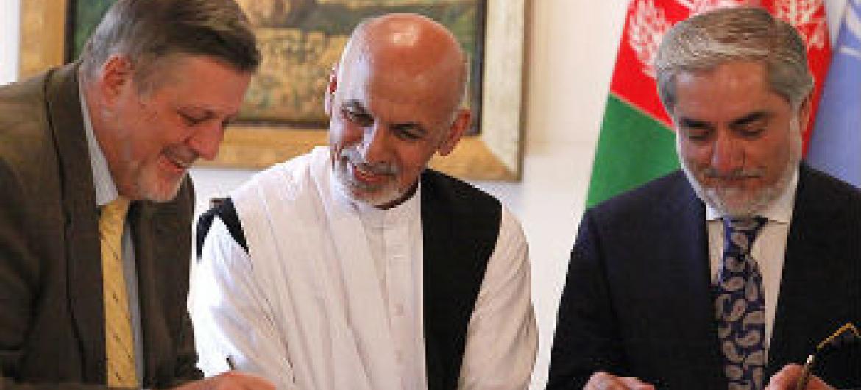 O representante do secretário-geral no Afeganistão, Jan Kubis, com Ashraf Ghani Ahmadzai (centro) e Abdullah Abdullah.