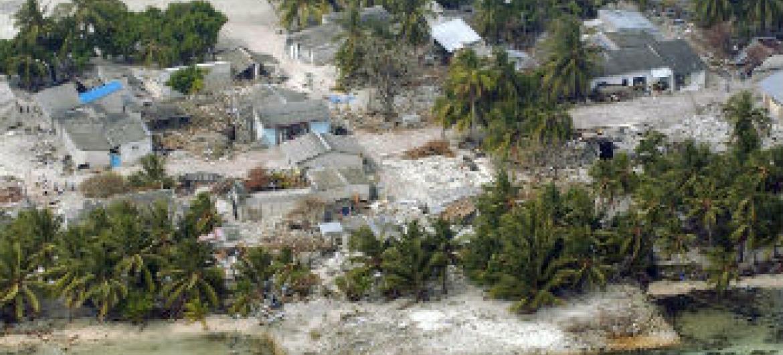 Vista aérea das Maldivas, que também foram afetadas pelo tsunami em dezembro de 2004. Foto: ONU/Evan Schneider