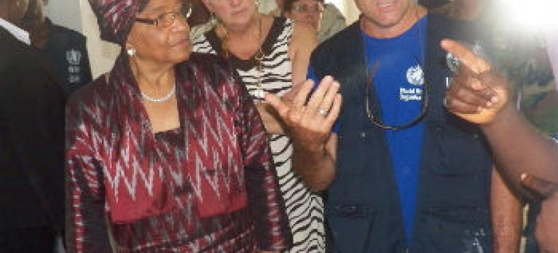 Ellen Johnson Sirleaf com especialista da OMS. Foto: OMS