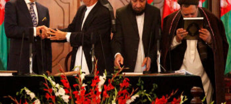 Mohammad Asharaf Ghani é cumprimentado por Abdullah Abdullah (esq.). Foto: Unama/Fardin Waezi