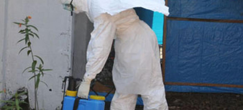 Controlo do ébola na Libéria. Foto: OMS/Christina Banluta
