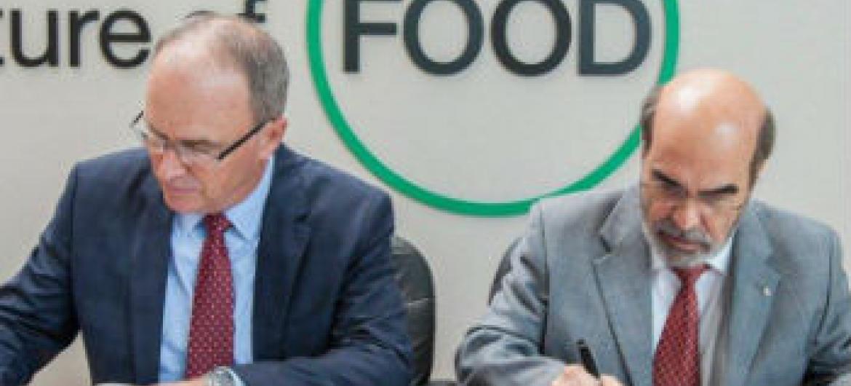 José Graziano da Silva (dir.) e Chris Johns assinam o acordo entre a FAO e a National Geographic. Foto: FAO/Giuseppe Carotenuto