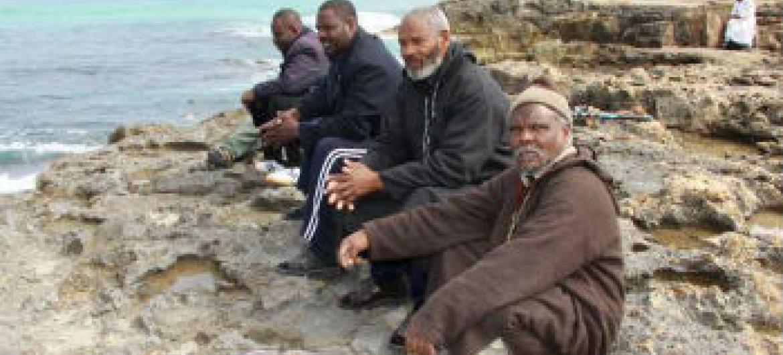 Grupo de homens deslocados na Líbia. Foto: Acnur/L. Dobbs