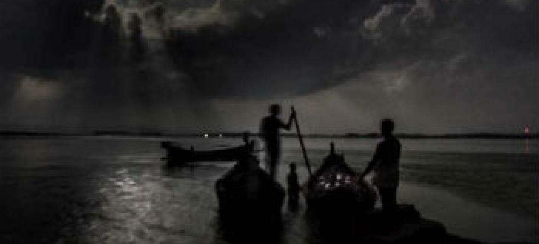 Pessoas que se arriscam em viagens marítimas pela Baía de Bengala geralmente navegam à noite. Foto: Acnur/S.Alam