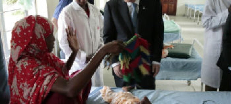 Ban Ki-moon em visita ao acampamento de refugiados de Dadaab, no Quênia, em outubro deste ano. Foto: ONU/Evan Schneider
