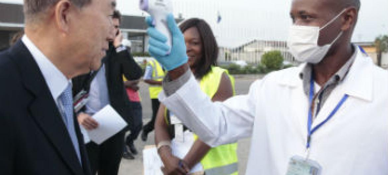 Agente de saúde mede a temperatura do secretário-geral da ONU, Ban Ki-moon, em Freetown, Serra Leoa. Foto: ONU/Evan Schneider