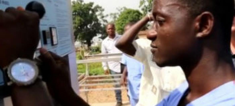 Profissional da saúde opera a máquina que faz a esterilização de equipamentos médicos. Foto: Reprodução vídeo Pnud