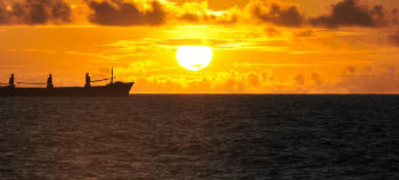 A radiação ultravioleta na superfície da Terra aumenta com a diminuição da quantidade total de ozônio.Foto: ONU/Tobin Jones
