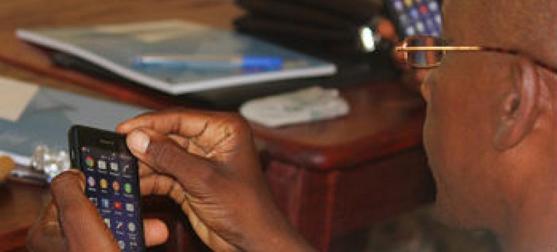 Aplicativo de telemóvel ajuda no combate ao ébola. Foto: Unfpa