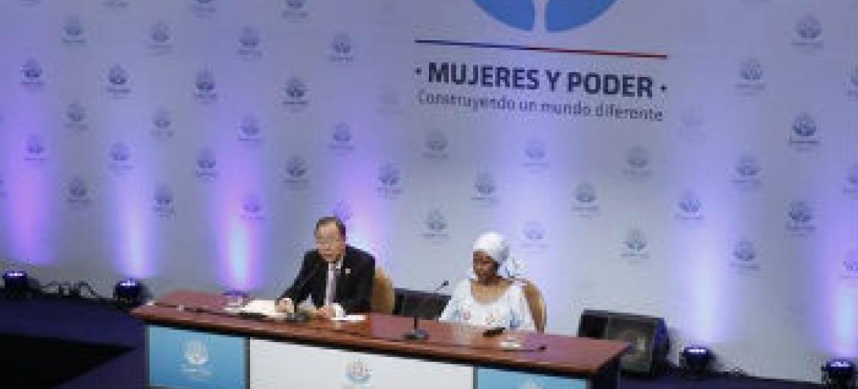 """Ban Ki-moon no evento """"Mulheres no Poder e Tomada de Decisão"""". Foto: ONU/Evan Schneider"""