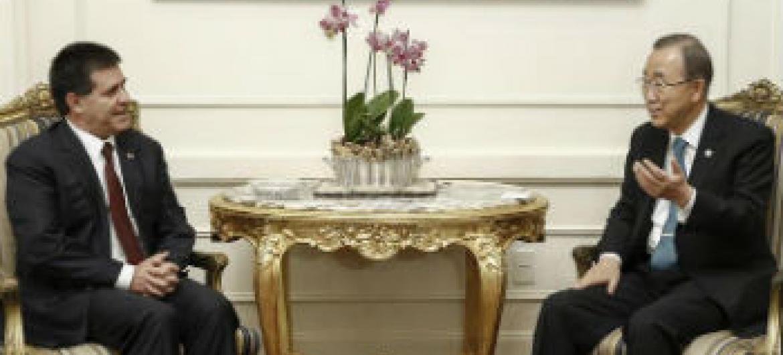 Ban Ki-moon no encontro com o presidente do Paraguai, Horacio Manuel Cartes Jara. Foto: ONU/Evan Schneider
