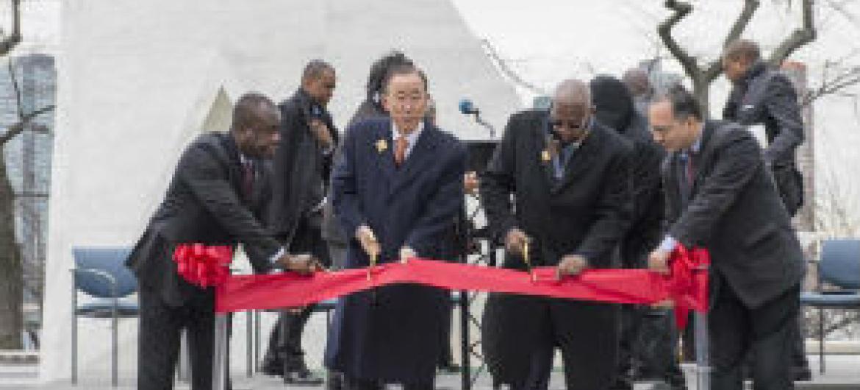 Ban Ki-moon (ao centro da faixa) inaugura o monumento Arca do Retorno. Foto: ONU/Eskinder Debebe