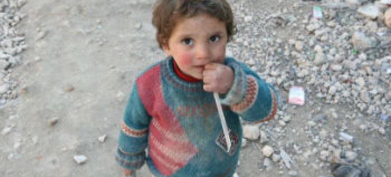 Criança síria vivendo no meio dos destroços. Foto: Ocha/J. Guerrero