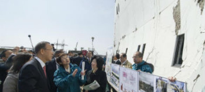 Secretário-geral Ban Ki-moon visita instalação de tratamento de águas residuais em Sendai, Japão, afetada por terromoto e tsunami 2011. Foto: ONU/Eskinder Debebe