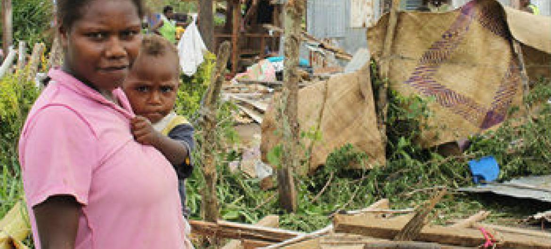 Mulher e criança em estrada próxima a Port Vila. Foto: Unicef/UNI181138/Crumb