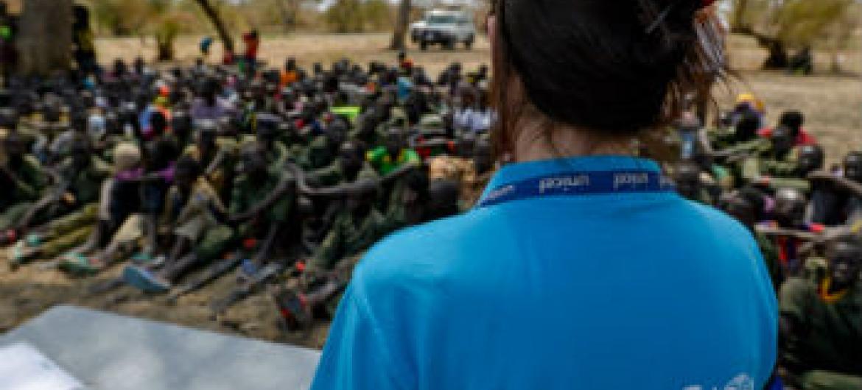 Funcionária do Unicef com grupo de crianças. Foto: Unicef/Sebastian Rich