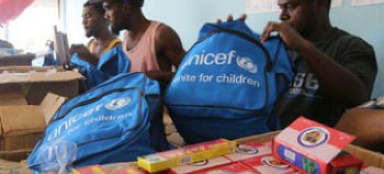 Kits escolares estão sendo distribuídos pela Unicef.Foto: Unicef/UNI181303/Waradi