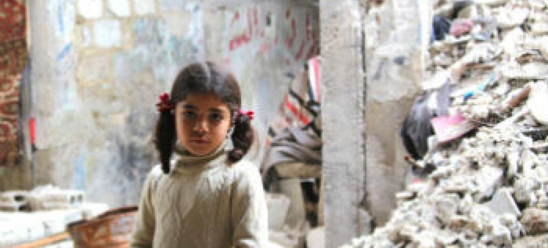 Menina síria em prédio destruído pelos confrontos. Foto: Unwra/Taghrid Mohammad