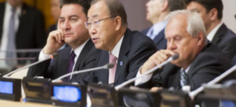 Ban Ki-moon (ao centro) entre o primeiro-ministro interino da Turquia (esq.) e o representante da Áustria junto à ONU e presidente do Ecosoc. Foto: ONU/Mark Garten