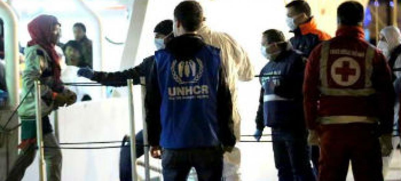 Membro do Acnur acompanha o desembarque pessoas resgatadas do Mediterrâneo. Foto: Acnur/F.Malavolta