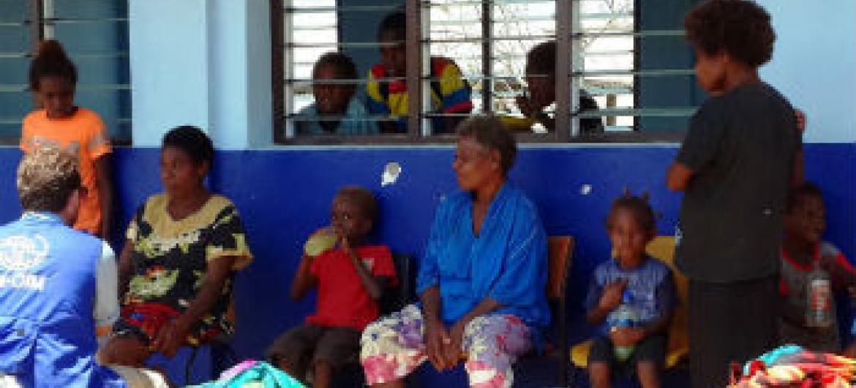 Funcionário da OIM presta assistência a migrantes. Foto: OIM