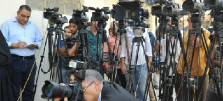 Jornalistas esperam conferéncia de imprensa. Foto: Unami