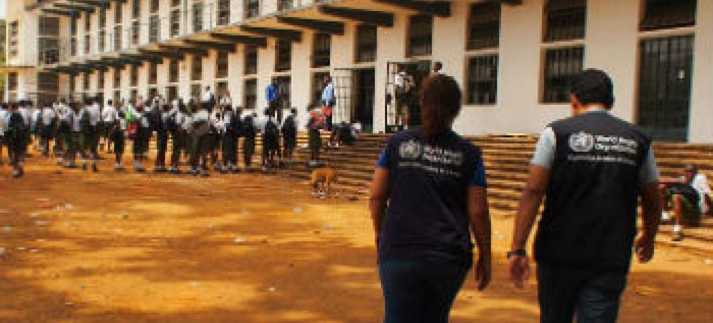 Equipa da OMS em escola da Serra Leoa . Foto: OMS/N. Alexander