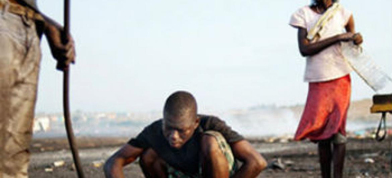 Trabalhadores em um aterro de lixo eletrônico em Ghana. Foto: Pnuma/K. Loeffelbein (arquivo)