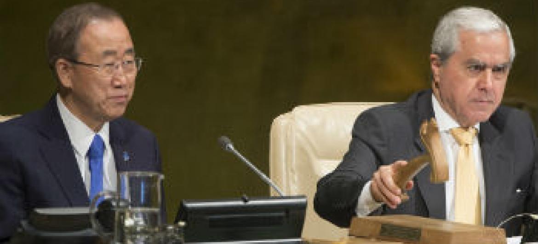 Ban Ki-moon (à esq.) e o embaixador de Portugal junto à ONU, Álvaro de Mendonça e Moura. Foto: ONU/Eskinder Debebe