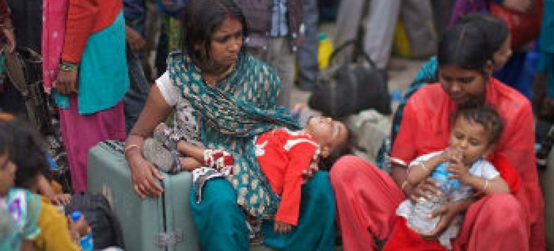 Famílias no Nepal após o terramoto que devastou o país em abril. Foto: Unicef/NYHQ2015–1074/Chen (arquivo)