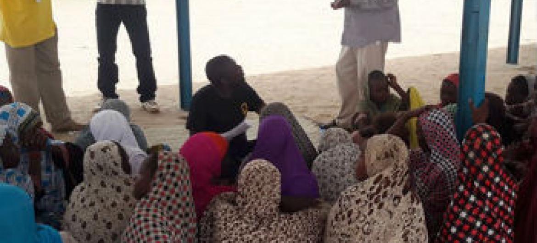 Funcionário do Unfpa conversa com adolescentes refugiadas da Nigéria. Foto: UNFPA Niger/Habila Tsahirou