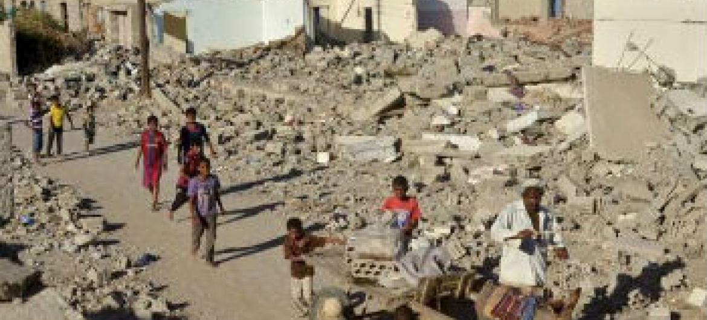 Crianças iemenitas brincam no meio de destroços na província de Zinjibar. Foto: Acnur/A. Al-Sharif