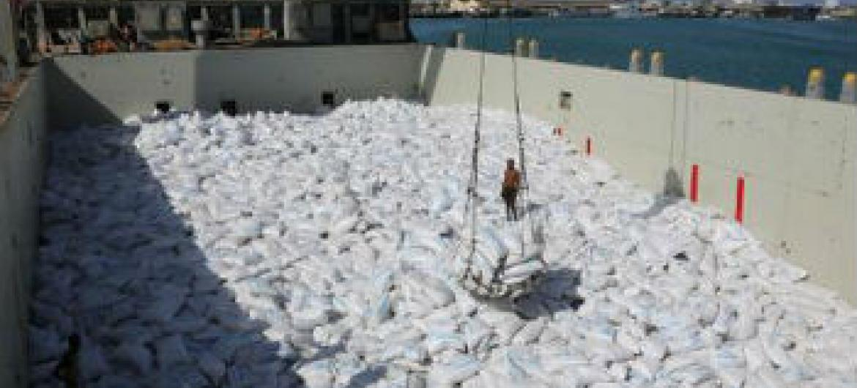 Embarcação desviada transportava mais de 5,7 mil toneladas de alimentos para proteger as crianças da desnutrição e anemia. Foto: PMA/Dina Elkassaby