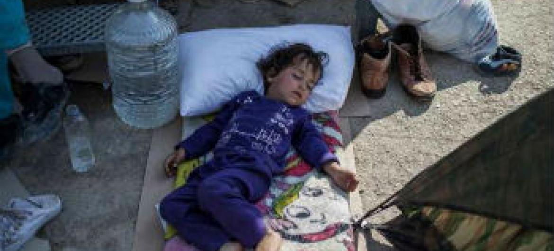 Criança dorme do lado de fora do Centro de Refugiados em Moria, na ilha grega de Lesvos. Foto: UNHCR/S. Baltagiannis