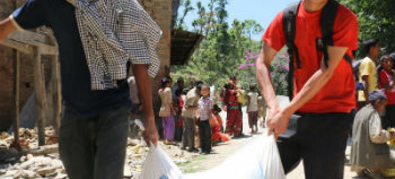 Entrega de alimentos no Nepal. Foto: PMA/Angeli Mendoza