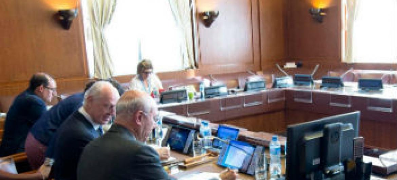 Staffan de Mistura (segunda à esquerda) em consultas sobre a Síria. Foto: ONU/Jean-Marc Ferré