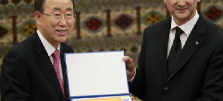 Secretário-geral Ban Ki-moon e Esen Aydogdiyev, reitor da Universidade Internacional para Humanidades e Desenvolvimento em Ashgabat, Turcomenistão. Foto: ONU/Rick Bajornas