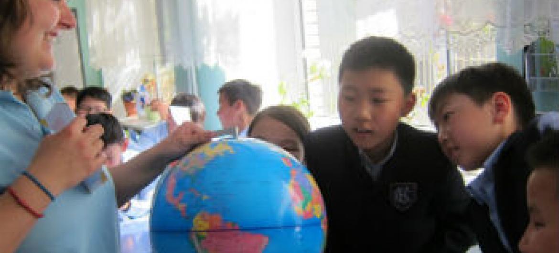Voluntária da República Checa trabalha com crianças na Mongólia. Foto: UNV