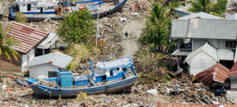 Imagem aérea da destruição da costa da Indonésia, entre as cidades de Banda Aceh e Meulaboh, causada pelo tsunami no Oceano Índico em 26 de dezembro de 2004. Foto: ONU/Evan Schneider.