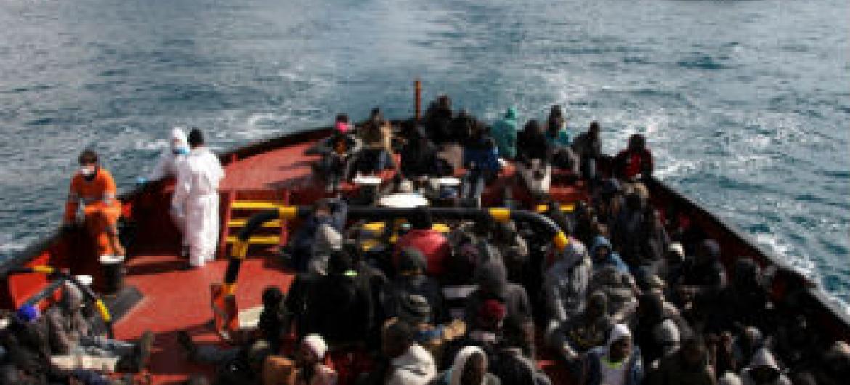 Refugaidos atravessam o mar Mediterrâneo em direção à Itália. Foto: Acnur/Francesco Malavolta