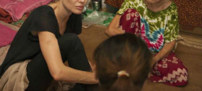 Angelina Jolie Pitt conversou com várias famílias desalojadas.Foto: Acnur/T.Stoddart