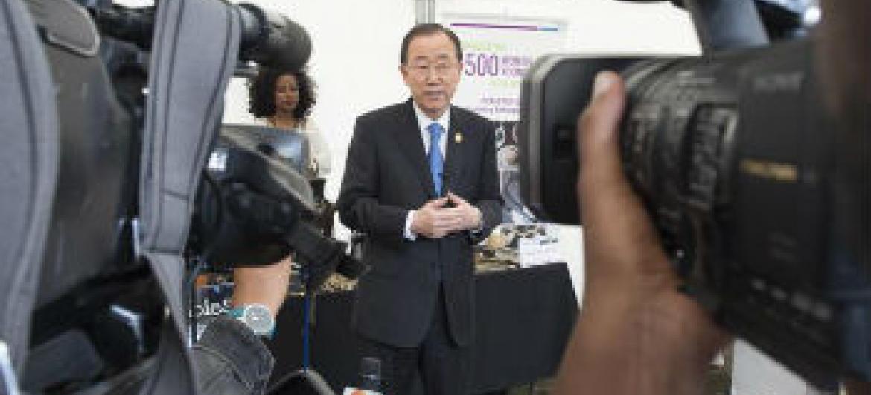 Ban Ki-moon conversa com jornalistas em Adis-Abeba. Foto: ONU/Eskinder Debebe