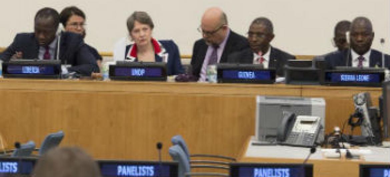 Ministros das finanças dos três países afetados pelo ebola e a chefe do Pnud, Helen Clark, reunidos na sede da ONU. Foto: ONU/Eskinder Debebe