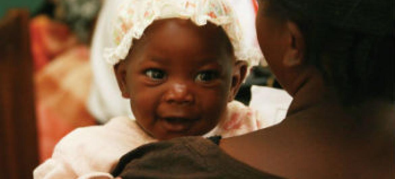 Serviços de diagnóstico e tratamento para crianças que vivem com o HIV. Foto: Unaids/D. Kwande
