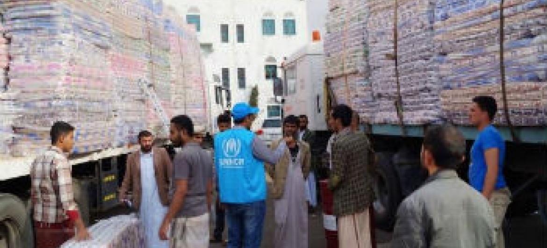 Distribuição de colchões e cobertores para população refugiada no Iêmen. Foto: Acnur/A.Zabarah