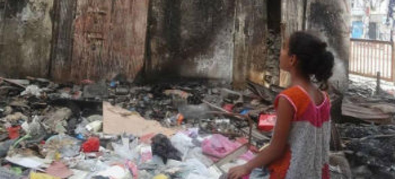 Menina olha para prédio destruído em Aden, Iêmen. Foto: Unicef