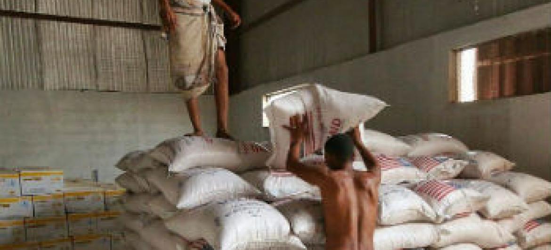Itens alimentares prontos para distribuição em Áden, Iêmen. Foto: PMA/Ammar Bamatraf