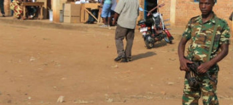 Soldado em frente a um posto eleitoral no Burundi. Foto: Menub